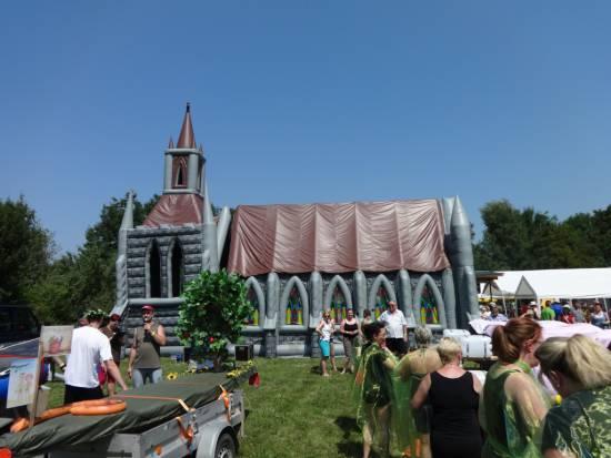 Mobile Kirche als Volksfest (1)